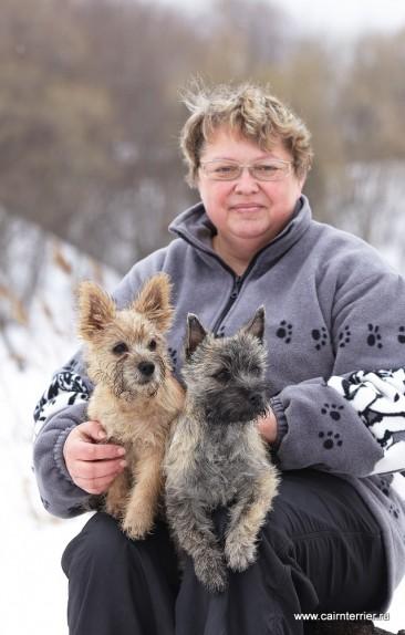 Фото Елены Сорокиной с щенками керн терьера из дома Еливс на руках