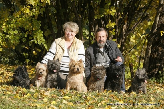 Фото владельцев питомника Еливс с керн терьерами на прогулке осенью в парке