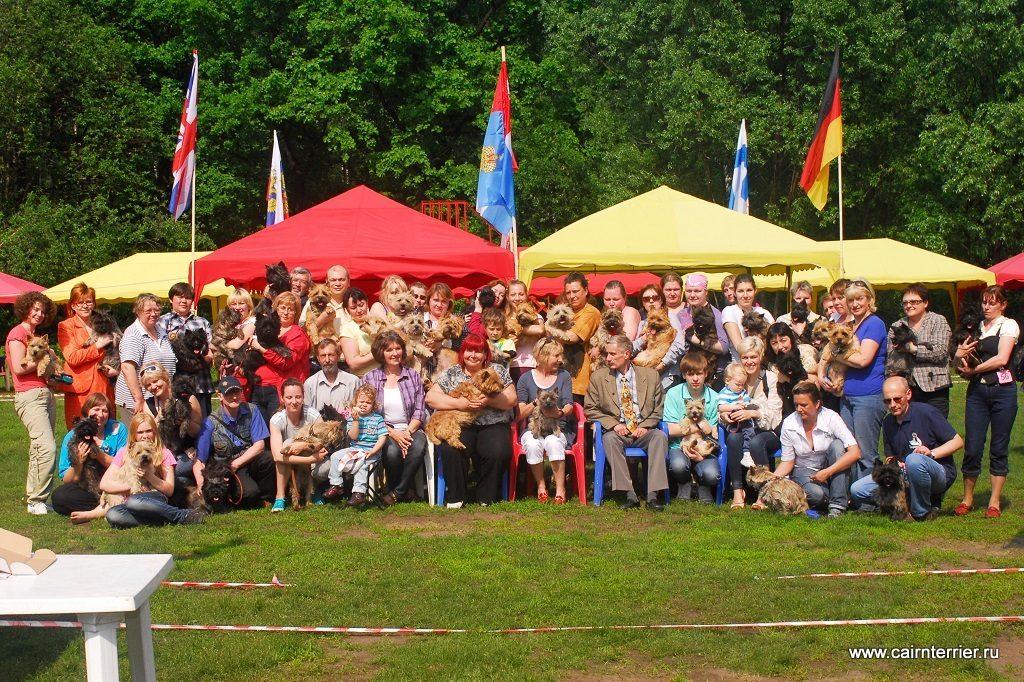 Фото владельцев с керн терьерами на руках, участники выставки Дерби