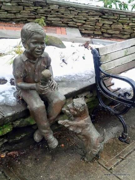 Фото скульптуры керн терьер просит у мальчика мороженное
