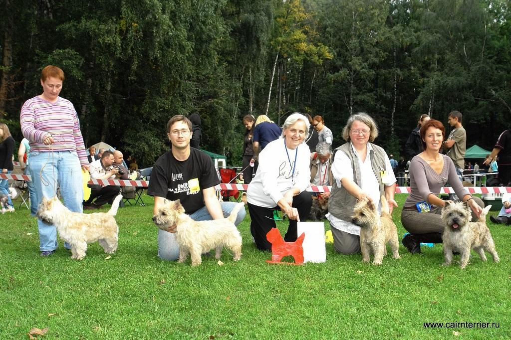 Фото керн терьеров питомника Еливс с владельцами и экспертом на призовом месте выставки