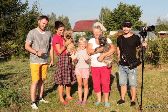 Съемочная группа канала 420 «Пес и Ко» с ведущей программы Кристиной и керн терьер.