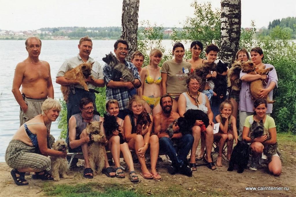 """Фото владельцев с собаками на празднике «День керн терьера 2003» на территории ПС """"Круглое озеро"""""""