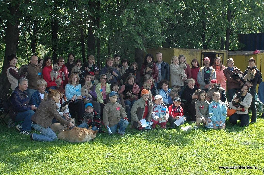 Фото владельцев с керн-терьерами на празднике «День керн терьера 2008 года» на территории тренировочной площадки для служебных собак.